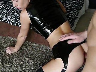 heiße Schlampe in schwarzem Latex mit Strumpfhosen gefickt