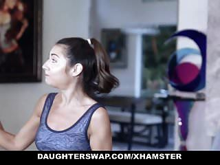 Daughterswap süße petite Teen wird von Turner Vater gefickt