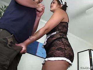 Dienstmädchen muss seinen Schwanz in die Hände bekommen