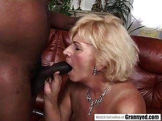 Oma liebt schwarzen Schwanz