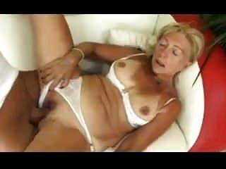 blonde Oma saugt und fickt