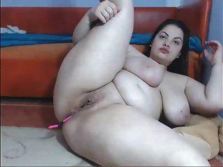 Busty Babe zeigt ihren schönen Körper