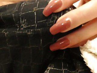 Hose kratzen und wichsen (rote Nägel)