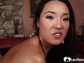 Ihre enge asiatische Muschi ist ein großartiger Entsafter.mp4