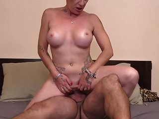 moderne reife Mutter nimmt jungen großen Schwanz