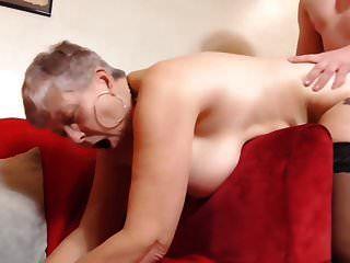 Junge, der Sex mit der vollbusigen britischen Oma hat