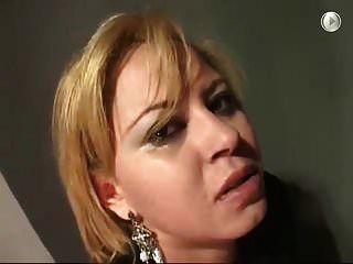 Schlampe gedemütigt mit hartem Gesicht, Sperma ins Gesicht und Pisse geschlagen