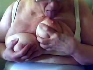 frech frech saugt und sabbert an ihren großen Titten