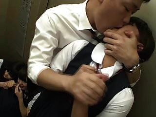 mit 10 Schülern im Aufzug stecken 1