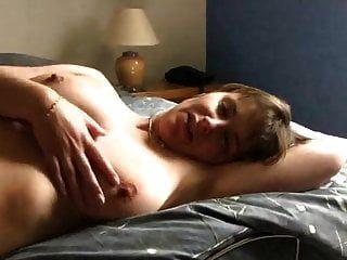 milf masturbiert und zeigt eine show.