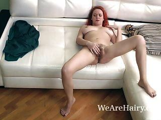 natali masturbiert auf ihrer ledercouch