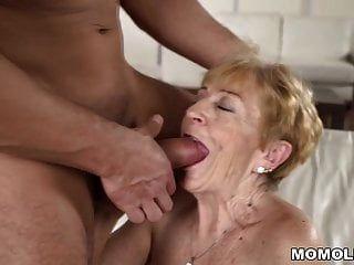 Die freche Oma liebt immer noch den harten Schwanz