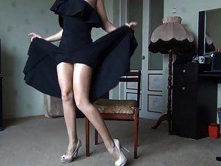heiße Dame im schwarzen Kleid zeigt Beine und Muschi