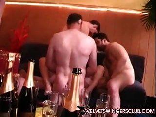 Velvet Swinger Club Rothaarige Milf schlug von 10 Jungs da Club