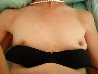 edle Frau in Perlen wird gefickt