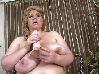 Mutter mit riesigen natürlichen Titten und Monsterschwanz