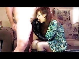 sie liebt lederhandschuhe, stiefel und saugt nach sperma