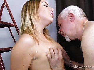 alt geht jung Cutie reitet einen alten Schwanz bis zum gegenseitigen Orgasmus