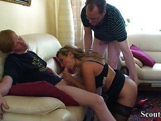 er Stiefsohn und Freund verführen Mutter zum ersten Fick