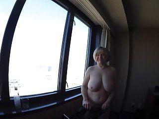 busty gilf nackt mit blick auf die stadt