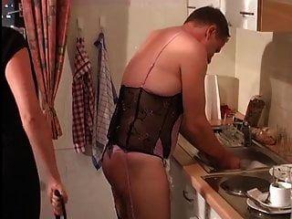 Herrin befiehlt Sissy Slave, Hausarbeit zu machen