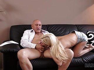 Daddy4k. reifer Kerl begibt sich auf spontanen Sex mit ...