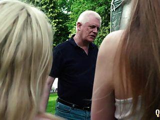 2 kleine Teenager ficken beide Opa die Mädchen saugen seinen Schwanz