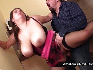 große natürlich boob Amateur Hausfrau in ihrer Küche gefickt