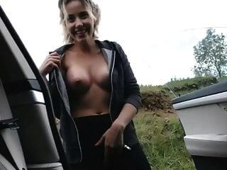 süß blondie masturbiert draußen im auto und spritzt