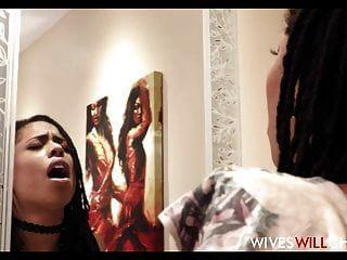 heiße schwarze Frau Kira Noir betrügt Ehemann in einer Toilette