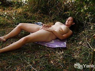 Yanks Michelle Flüsse spielt im Gras