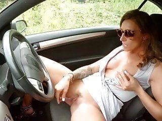 Mädchen masturbiert im Auto nicolo33