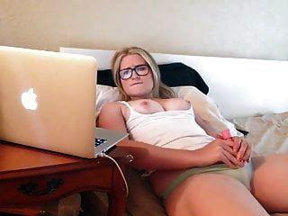 Mädchen in Gläsern masturbiert Porno.