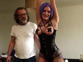 goth subslut alexxa vice ass grob geschlagen, während er spielzeug benutzt