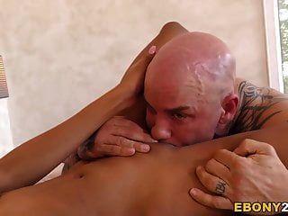 Ebenholz nia nacci wird mit Sperma im Gesicht gefickt