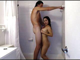 Kerl beobachtet Mädchen Dusche