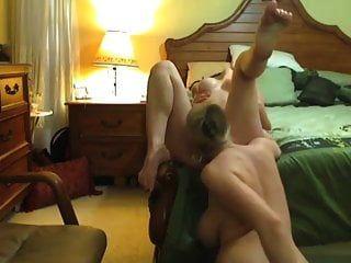schwangere Mutter leckt die Muschi ihrer Stieftochter für die Webcam