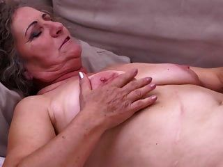 Oma bekommt Cuni und warmes Sperma vom Jungen