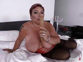 Heißer Rotschopf masturbiert Dildo