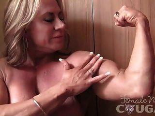 reife Bodybuilderin posiert und masturbiert