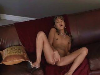 Kitty Striptease und masturbiert