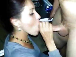Verheiratete Milf saugt das Sperma aus einem Schwanz vor