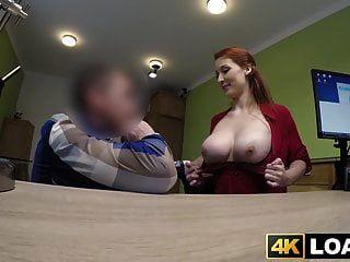 Redhaired Babe zeigt große Titten vor dem Hämmern im Büro