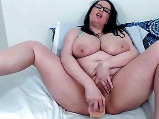 brunette milf jen mit riesigen titten und kurvigen arsch