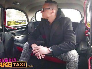 Weibliche Fake Rothaarige Taxi Barebacked Shemale