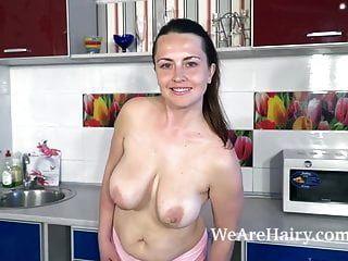 animee zieht sich aus und masturbiert in ihrer küche