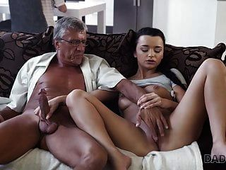 Daddy4k. alte und junge Liebhaber haben spontanen Sex hinter sich ...