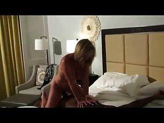 Reife Frau nimmt einen riesigen Schwanz in ihre enge Muschi