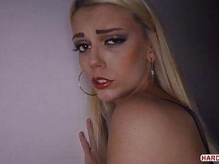 tiefer analsex in einem dunklen hotelzimmer