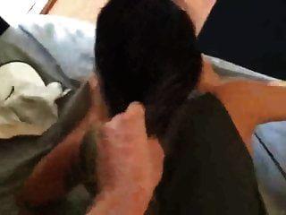 Sie zieht sich während des Hündchens an den Haaren